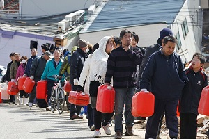 Budaya Antre dan Berbagi dalam Situasi Darurat