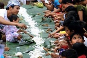 Tradisi Magibung (makan bersama) masyarakat Hindu Bali, yang juga dipraktikkan oleh Muslim di Bali Timur setiap Idul Fitri.