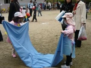 Siswa TK di Hiroshima merapikan alas bermain tanpa instruksi ataupun bantuan guru.