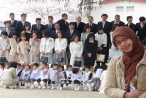 Para orang tua berfoto bersama dengan kepala sekolah dan guru-guru di hari pertama masuk TK.