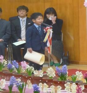 Seorang wisudawan TK menyampaikan kesannya di hadapan banyak tamu undangan.