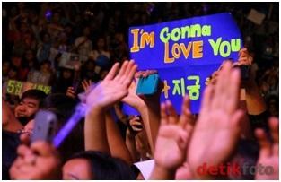 Histeria saat konser salah satu band idola asal Korea.