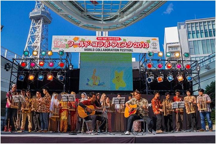 Salah satu penampilan angklung PPI Nagoya dalam acara World Collaboration Festival.