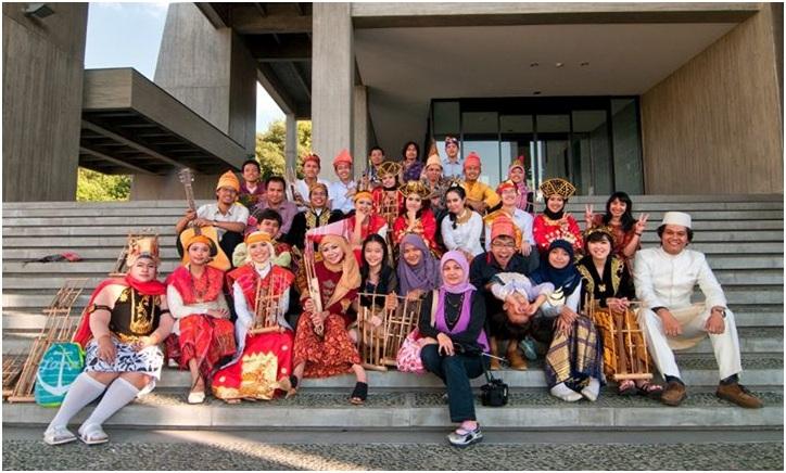 Anggota PPI Nagoya dalam berbagai macam pakaian adat.