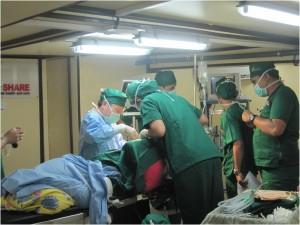Operasi bedah mayor di pulau Kei di atas kapal.