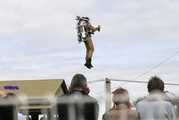 Salah satu pertunjukan menggunakan jet pack.