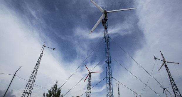 Pembangkit listrik tenaga angin. Sumber: http://beritadaerah.co.id/wp-content/uploads/2014/04/Sumber-Energi-Terbarukan-jawa-620x330.jpg