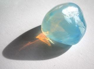 Cahaya yang tersebar berwarna kebiruandan cahaya yang terus melaju berwarna oranye. Gambar dari Wikipedia.