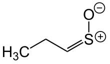 Propanathiol-s-oksida, salah satu minyak atsiri pada bawang merah.