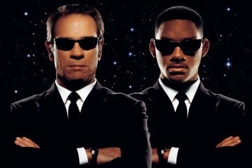 Tokoh pada film Men in Black mengenakan kacamata hitam (gambar dari businessinsider.com.au)