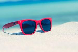 Kacamata Hitam (Sunglasses) untuk Mata Kita