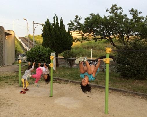 Anak-anak ini sedang melatih kekuatan dan kelenturan otot lengannya, lho! Seru kan? Sumber: dokumen pribadi