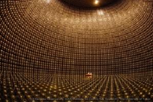 Laboratorium Super-Kamiokande di Jepang berisi sejumlah air dalam tangki raksasa yang dikelilingi oleh ribuan tabung detektor neutrino. Keberadaan neutrino dapat dideteksi sebagai hasil interaksinya dengan elektron atau inti atom air pada tangki.