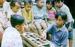 Anak-anak bermain congklak. Gambar dari expat.or.id