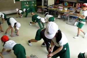 Lomba Mengepel Lantai di Jepang