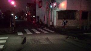Di jalanan sepi pun orang-orang tetap menunggu lampu merah berubah jadi hijau ketika hendak menyeberang.