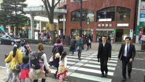 Masyarakat Jepang menyeberang dengan tertib.