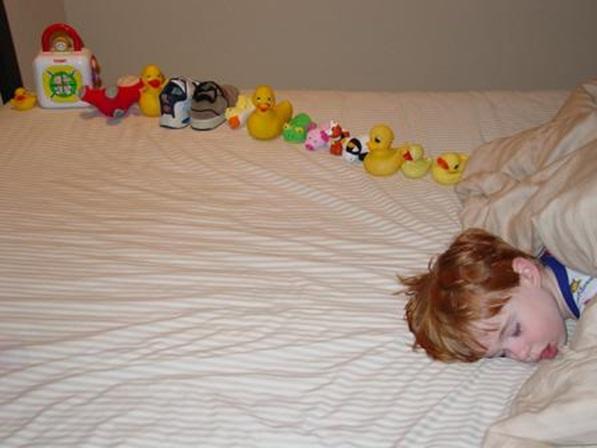 Contoh anak dengan gejala autisme yang membuat mainannya berbaris di tempat tidur secara berulang. Gambar dari Wikipedia.