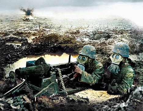 Prajurit Jerman di tengah serangan gas pada Pertempuran Ypres, Belgia.