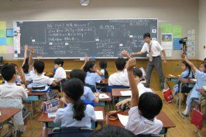 Salah satu momen studi pembelajaran di Jepang. Perhatikan penggunaan video di pojok ruangan untuk merekam kegiatan belajar-mengajar. Sumber gambar: tes.com