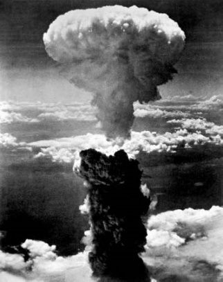 ed66-fisika-1 Ledakan bom atom kali pertama di Hiroshima. Sumber gambar: http://media-2.web.britannica.com