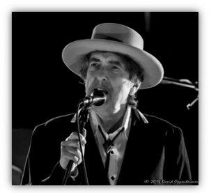 Bob Dylan pada suatu panggung di New York (https://en.wikipedia.org/wiki/Bob_Dylan).