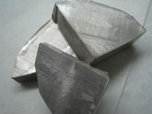 Wujud logam sodium.