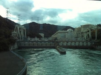 PLTN Ohi dan inlet dari air laut yang akan digunakan sebagai pendingin.