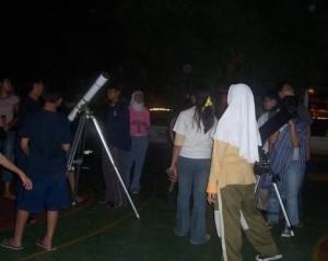Kegiatan pengamatan bintang yang dilakukan oleh HAAJ bekerjasama dengan sebuah sekolah menengah atas di Jakarta. (Koleksi HAAJ)