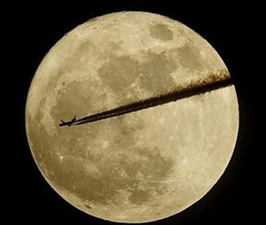 'Supermoon' atau 'purnama perigee' pada 19 Maret 2011, dengan sebuah pesawat melintas. Disadur dari laman situs Daily Mail.
