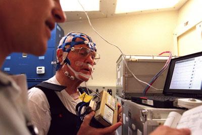 Ilmuwan NASA sedang mencoba alat untuk memonitor fungsi kerja tubuh saat manusia tidur di luar angkasa.